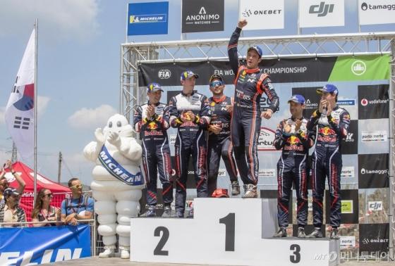 '2018 WRC 포르투갈 랠리'에서 우승을 차지한 티에리 누빌(오른쪽)과 니콜라스 질술(왼쪽)이 1위 포디움에 올라 기념 촬영을 하고 있다./사진제공=현대차