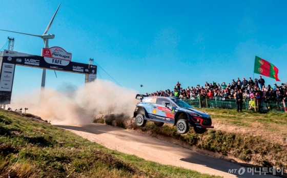 현대차 'i20 WRC' 경주차가 '2018 WRC 포르투갈 랠리'에서 경주하는 모습/사진제공=현대차