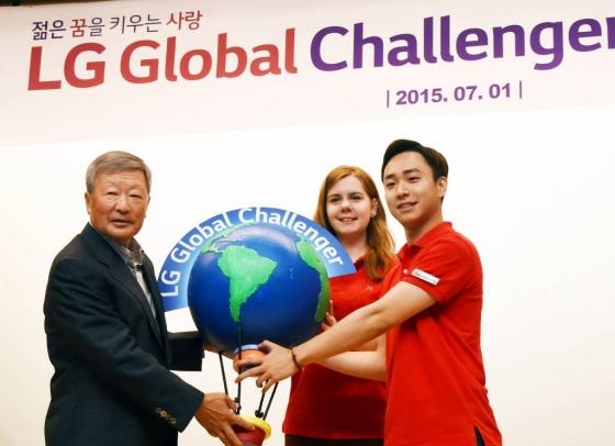 2015년 여의도 LG트윈타워에서 열린 'LG글로벌챌린저' 발대식에서의 구본무 LG 회장(왼쪽)/사진=LG