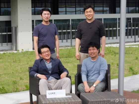 루크코리아 팀원들과 김승수 대표(왼쪽 아래)/사진=고석용 기자