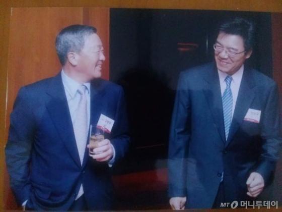 구본무 LG그룹 회장이 한때 정상국 LG 그룹 홍보팀장(부사장)과 웃으며 대화를 나누고 있다./사진= 정상국 한국CCO클럽 회장.