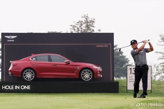 2018 제네시스 챔피언십 대회장에 전시된 제네시스 G70 차량과 최경주 선수의 모습/사진제공=제네시스 브랜드