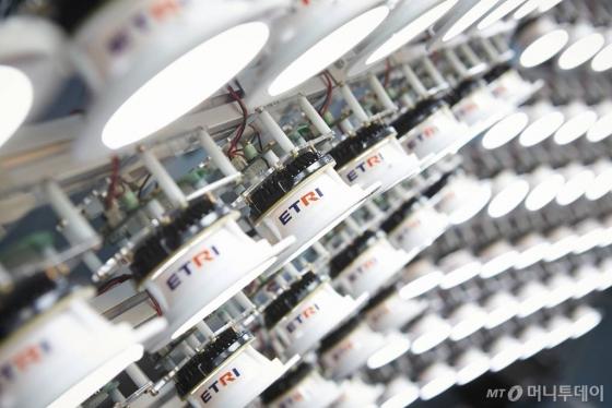 LED(발광다이오드) 조명을 이용한 통신장비. /사진제공=ETRI