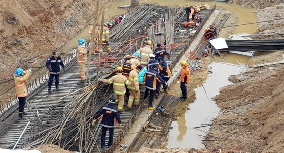 지난 1월17일 오전 9시29분쯤 전남 영광군 군남면 교량 건설 현장에서 근로자 김모씨(66)와 주모씨(60) 등 2명이 철근더미에 매몰되는 사고가 발생했다. 이 사고로 김씨와 주씨는 119에 의해 구조돼 병원으로 이송됐지만 숨졌다. /사진=뉴스1