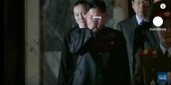 김정일 북한 국방위원장 사망 당시 눈물을 흘린 김정은 국무위원장. 당시 상황을 보도한 유로뉴스의 보도 장면을 캡쳐한 것.