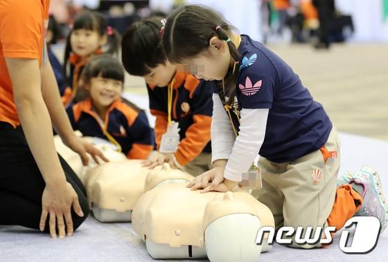 지난 25일 대구 엑스코에서 열린 제15회 국제소방안전박람회에서 어린이들이 심폐소생술을 배우고 있다. /사진제공= 뉴스1