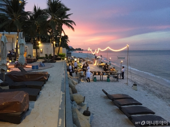 주말마다 해변에서 저녁 뷔페를 마련한 후아힌 인터컨티넨탈. 모래사장을 걸으며 식사하는 재미가 남다르다. /후아힌(태국)=김고금평 기자<br />