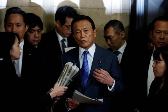 아소 다로 일본 부총리 겸 재무상이 12일 아베 신조 일본 총리가 연루된 사학스캔들 관련 문서를 재무부가 조작한 사실을 인정하고 사과하고있다. /사진=AFP