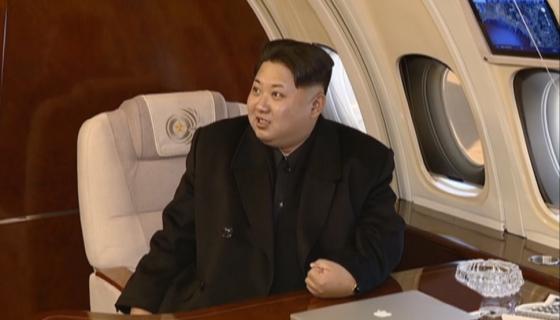 김정은 노동당 제1위원장이 자신의 전용기 '참매1호'에 탑승한 모습 /사진=조선중앙TV. 뉴시스
