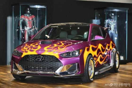 현대자동차가 세계적인 엔터테인먼트 기업 '마블(MARVEL)'과 파트너십을 맺고 영화 '앤트맨과 와스프'를 활용한 다양한 공동 마케팅을 펼친다고 3일 밝혔다. 지난 1월 미국 디트로이트 모터쇼에서 현대차가 전시한 '벨로스터 앤트맨카'와 '앤트맨 수트'/사진제공=현대자동차