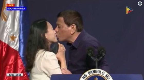 3일서울에서 열린 필리핀 교민 행사에 참석한 로드리고 두테르테 필리핀 대통령이 한 여성에게 입을 맞추고 있다./사진=유튜브 캡처=news1