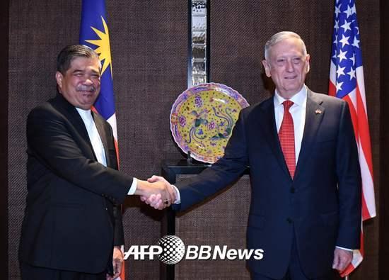 제임스 매티스 미국 국방부장관(오른쪽)이 지난 3일 싱가포르에서 열린 샹그릴라 대화에 참석해 무함마드 사부 말레이시아 국방부 장관과 악수를 하고 있다. /AFPBBNews=뉴스1