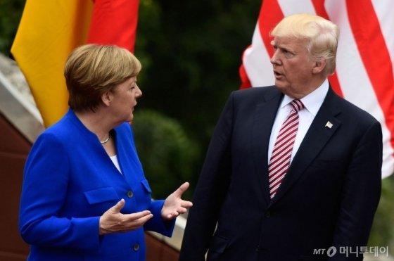 도널드 트럼프 미국 대통령과 유럽연합(EU) 최대경제대국인 독일의 앙겔라 메르켈 총리가 지난해 5월 이탈리아에서 열린 G7 정상회담에서 대화를 나누고 있는 모습. /AFPBBNews=뉴스1