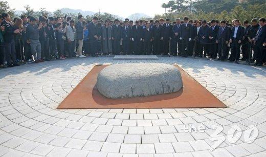 문재인 더불어민주당 대선후보가 4일 오후 경남 김해 봉하마을을 방문해 故 노후현 전 대통령 묘역을 참배하고 있다.