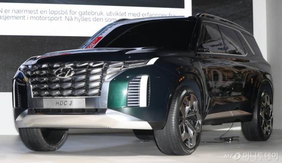 현대차가 7일 부산 해운대 벡스코에서 열린 '2018 부산국제모터쇼' 미디어데이에서 컨셉카 HDC-2를 선보이고 있다./사진=이기범 기자