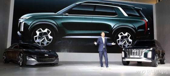 이상엽 현대차 상무가 7일 부산 해운대구 우동 벡스코에서 열린 '2018 부산국제모터쇼' 미디어데이에서 컨셉트카 HDC-1과, HDC-2를 소개하고 있다.