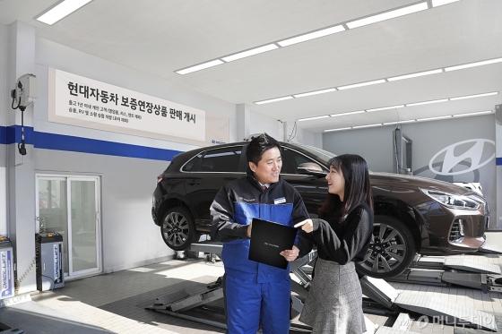 현대차가 저렴한 가격으로 보증 수리 기간을 연장할 수 있는 '현대차 보증 연장 상품'을 이달 출시하고 판매에 돌입한다고 8일 밝혔다. 직원이 고객에게 상품을 설명해주고 있다./사진제공=현대차
