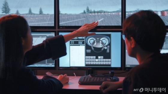현대모비스 연구원들이 컴퓨터 시뮬레이션으로 가상의 도로환경을 반영한 인포테인먼트 제품의 사용자 경험(UX: User Experience)을 분석하고 있다. /사진제공=현대모비스