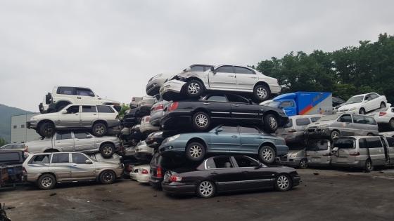 8일 경기도 양주의 한 폐차업체에 폐차 접수를 한 차량들이 겹겹이 쌓여 있다. /사진=김영상 기자