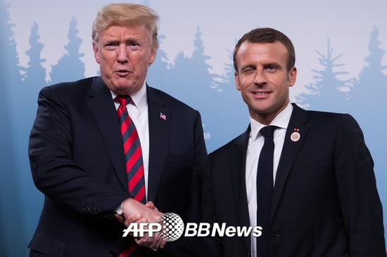 8일(현지시간) 캐나다 퀘벡주 샤를부아에서 열린 주요 7개국(G7) 정상회의에서 트럼프 미국 대통령(왼쪽)과 마크롱 프랑스 대통령이 악수를 하고 있다. /AFPBBNews=뉴스1