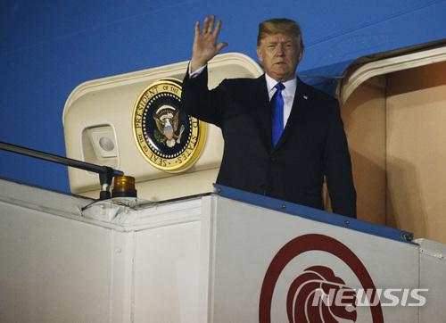 【싱가포르=AP/뉴시스】북미정상회담을 위해 10일 오후 싱가포르를 방문한 미국 도널드 트럼프 대통령이 10일 오후 싱가포르 파야레바 공군기지에 도착해 전용기에서 내리고 있다. 2018.6.10      photo@newsis.com      <저작권자ⓒ 공감언론 뉴시스통신사. 무단전재-재배포 금지.>