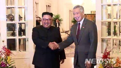 【서울=뉴시스】 북미정상회담을 위해 10일 오후 싱가포르를 방문한 김정은 북한 국무위원장이 첫 일정으로 리셴룽 싱가포르 총리를 만났다. 싱가포르 정부는 회담 장면을 페이스북으로 생중계했다. 2018.06.10. (사진=리셴룽 싱가포르 총리 페이스북 캡쳐)     photo@newsis.com    <저작권자ⓒ 공감언론 뉴시스통신사. 무단전재-재배포 금지.>