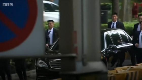 김정은 북한 국무위원장의 차량을 경호하는 북한 경호부대/사진=BBC 뉴스 캡처