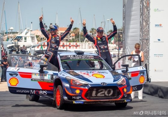 '2018 WRC 이탈리아 랠리'에서 우승을 차지한 티에리 누빌(오른쪽)과 니콜라스 질술(왼쪽)이 우승을 차지한 뒤 환호하고 있다./사진제공=현대차