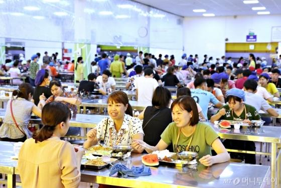 삼성웰스토리가 운영하는 리젠트의 구내식당에서 직원들이 식사하고 있다/사진=삼성웰스토리
