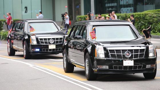 도널드 트럼프 미국 대통령이 12일 북미정상회담을 위해 전용차량을 타고 싱가포르 샹그릴라 호텔을 떠나 카펠라 호텔로 향하고 있다. /사진=뉴스1