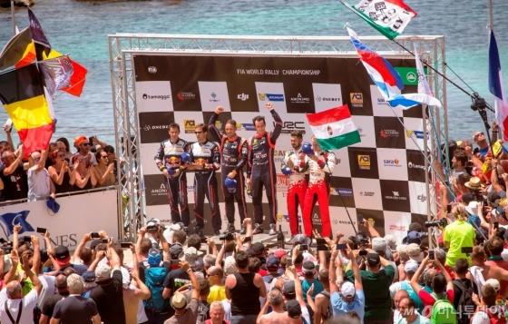 '2018 WRC 이탈리아 랠리'에서 우승을 차지한 티에리 누빌(시상대 중앙 오른쪽)과 니콜라스 질술(시상대 중앙 왼쪽)이 포디움(시상대)에 올라 기념촬영을 하고 있다./사진제공=현대차