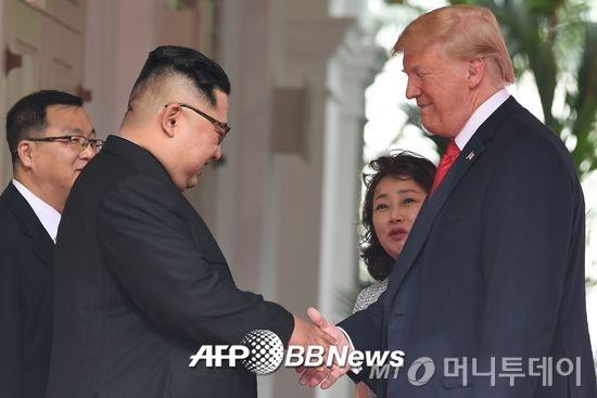 12일 싱가로프 센토사 섬 카펠라 호텔에서 정상회담을 위해 만난 김정은 북한 국무위원장(왼쪽)과 도널드 트럼프 미국 대통령. /AFPBBNews=뉴스1