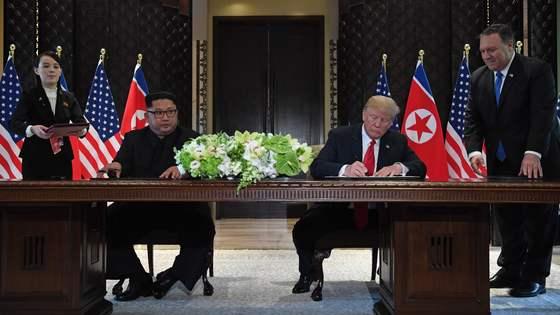 김정은 북한 국무위원장과 도널드 트럼프 미국 대통령이 12일(현지시간) 싱가포르 센토사 섬 카펠라 호텔에서 140여 분에 걸친 단독·확대정상회담과 업무오찬을 마친 뒤 북미정상회담 공동합의문에 서명을 하고 있다. /AFP=뉴스1