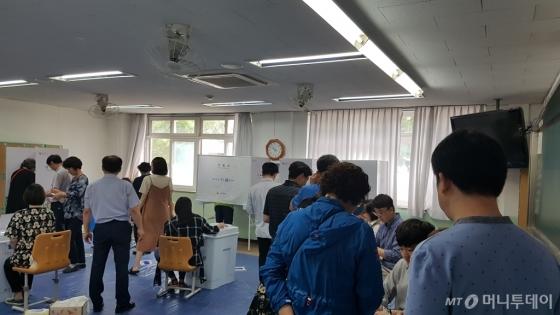 13일 오전 10시 대구 수성구 수성1가 제2투표소를 찾은 유권자들의 모습 /사진=김태현 기자