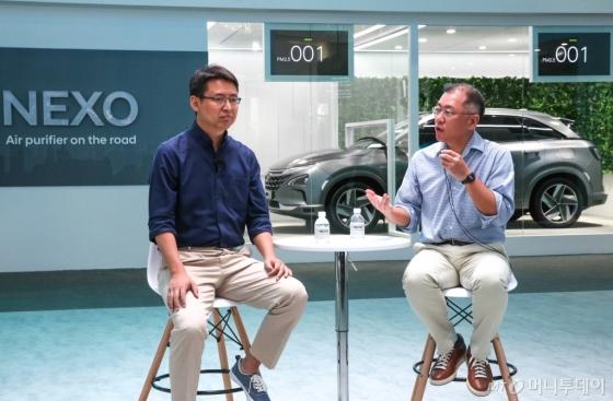 정의선 현대자동차 부회장(오른쪽), 자오용 딥글린트 CEO(왼쪽)가 13일 중국 상하이 신국제엑스포센터(SNIEC)에서 열린 'CES 아시아 2018'에서 양사간 기술 협력 파트너십을 발표하고 있다./사진제공=현대자동차