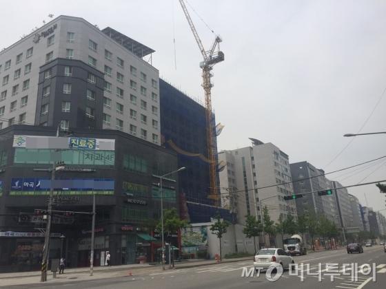 지하철 5호선 발산역 주변으로 오피스텔 건물들이 줄지어 서있다.