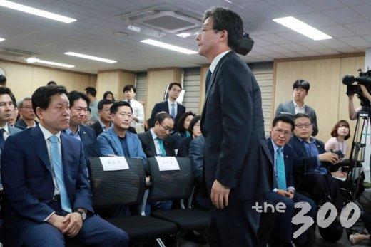 유승민 바른미래당 공동대표가 13일 오후 서울 여의도 당사 개표상황실에서 6.13 지방선거 개표 방송 출구조사를 확인하고 자리에서 일어나고 있다.사진=임성균 기자