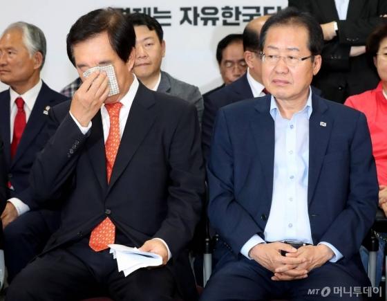 홍준표 자유한국당 대표와 김성태 원내대표가 13일 저녁 서울 여의도 당사에서 제7회 전국동시지방선거 개표방송 출구조사를 지켜보고 있다.