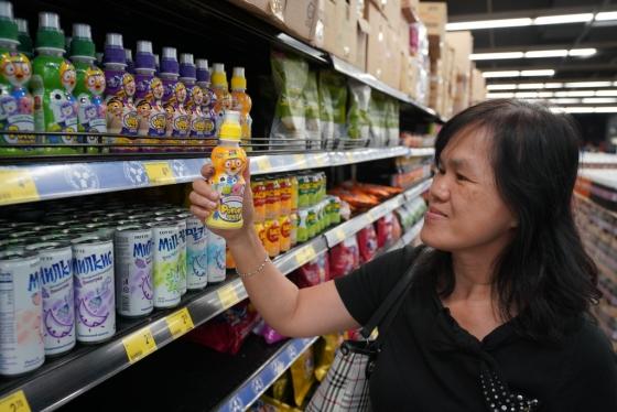 지난달 11일 말레이시아 쿠알라룸푸르의 한 대형 식품매장에서 소비자가 '귀여운 내친구 뽀로로' 음료를 집고 있다. /사진제공=팔도