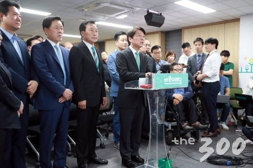 안철수 바른미래당 서울시장 후보가 13일 오후 서울 여의도 당사 개표상황실에서 입장을 발표하고 있다.사진=임성균 기자.