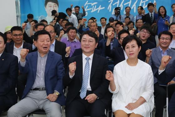 최재성 더불어민주당 송파을 국회의원 후보가 13일 오후 서울 송파구 삼전로에 위치한 선거사무소에서 개표 방송을 보며 기뻐하고 있다/사진=뉴스1