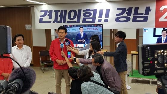14일 선거사무실을 찾아 지지자를 향해 감사 인사를 하는 김태호 자유한국당 경남지사 후보. /사진=김태호 캠프 제공