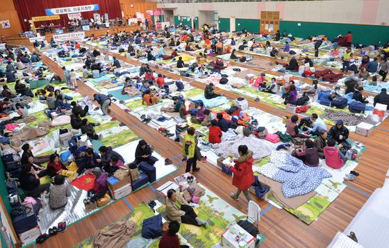 지난해 11월 18일 경북 포항지진 임시 대피소가 마련된 흥해읍 실내체육관에서 이재민들이 대피해있다./사진=뉴스1
