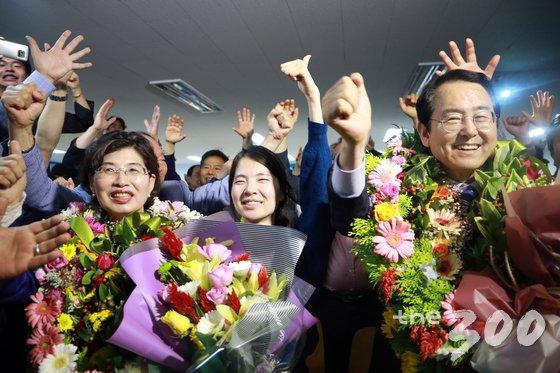 김종식 더불어민주당 목포시장 후보(오른쪽)가 14일 전남 목포 선거사무실에서 6.13 지방선거 당선이 확정되자 지지자들과 함께 기뻐하고 있다. /사진=뉴스1(김종식캠프 제공)