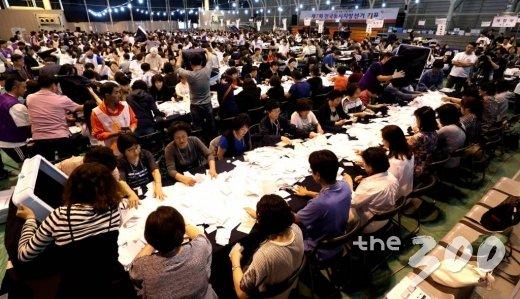 6·13 지방선거 투표일인 13일 오후 서울 청운동 경기상업고등학교에 마련된 종로구 개표소에서 개표사무원들이 투표지 분류 작업을 하고 있다. /사진=뉴스1
