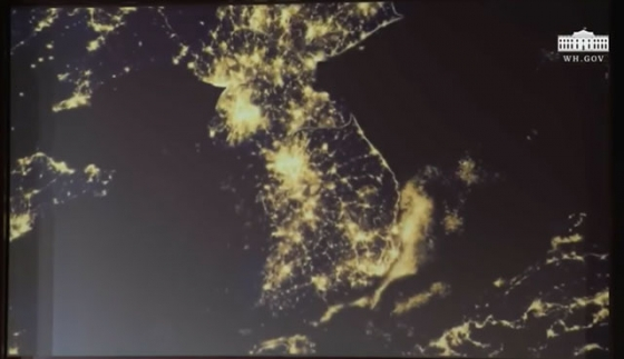 지난 12일 싱가포르에서 열린 북미 정상회담 후 트럼프 미국 대통령이 기자회견 때 공개한 영상. 북한 지역에도 불이 밝게 켜 있다.