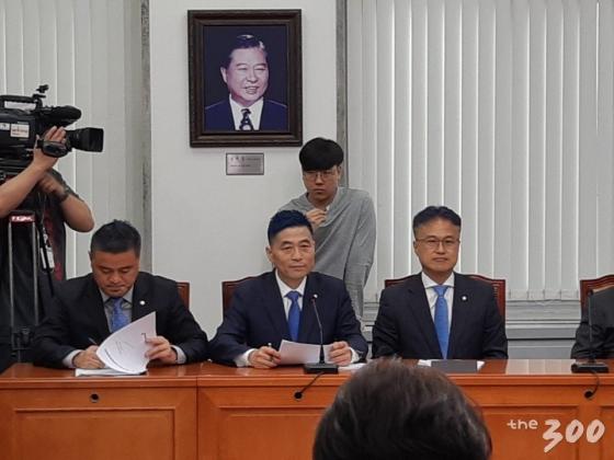 14일 오전 국회에서 열린 민주당 중앙선거대책회의에 참석한 임종성, 김민기, 김정우 의원(왼쪽부터)/사진=김희량 인턴기자