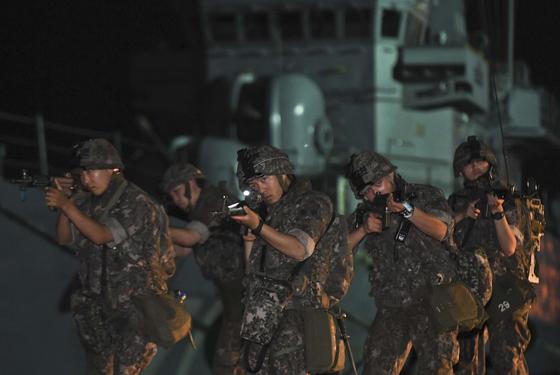해군 1함대가 지난해 8월 29일 을지프리덤가디언(UFG) 연습의 일환으로 동해항에서 훈련을 실시하고 있다. / 사진 = 뉴스1