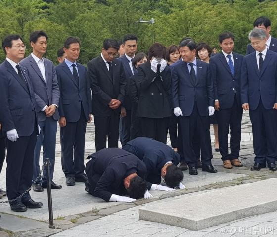 14일 경남 김해시 봉하마을에 위치한 고 노무현 전 대통령의 묘역을 찾은 김경수 경남도지사 당선인이 절을 올리고 있다. /사진=박치현 기자