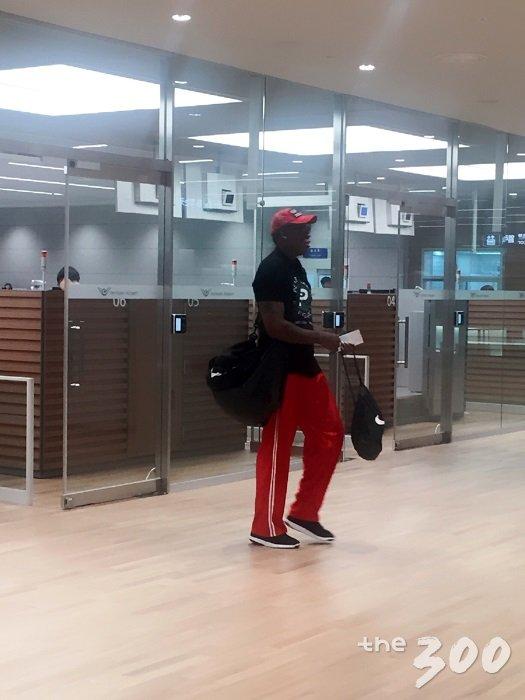 북미정상회담이 열린 싱가포르를 방문했던 미국 프로농구(NBA) 출신 데니스 로드먼이 14일 오전 인천국제공항에서 입국수속을 밟고 있다. /박소연 기자